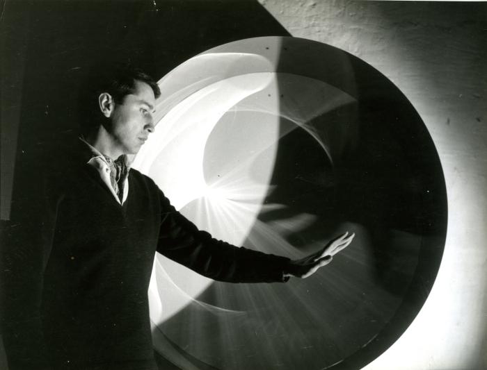 Julio-Le-Parc-frente-a-Continuel-lumière-cylindre-1962.-Archivo-Julio-Le-Parc1