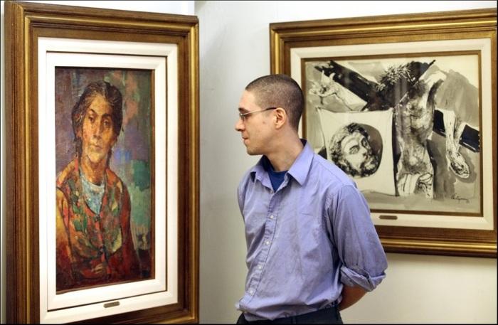 Santiago Castganino y los cuadros de su abuelo. (Ph: Marcelo Gómez).