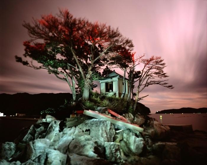 SANTUARIO BENTEN El Santuario Benten está situado en una pequeña isla en la bahía de Otsuchi. Fue golpeado por el tsunami de 2011 y cubierto completamente por las olas pero de alguna manera no fue destruido. Ciudad de Otsuchi, Prefectura de Iwate, Japón. La imagen fue tomada en junio 2014. @Alejandro Chaskielberg.