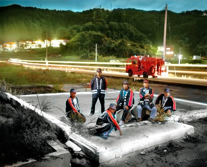 BOMBEROS DE OTSUCHI. El Segundo Escuadrón de Bomberos de Otsuchi fotografiados en los restos del cuartel de bomberos que fuera destruído por el tsunami de Marzo de 2011, Ciudad de Otsuchi, Prefectura de Iwate, Japón. @Alejandro Chaskielberg