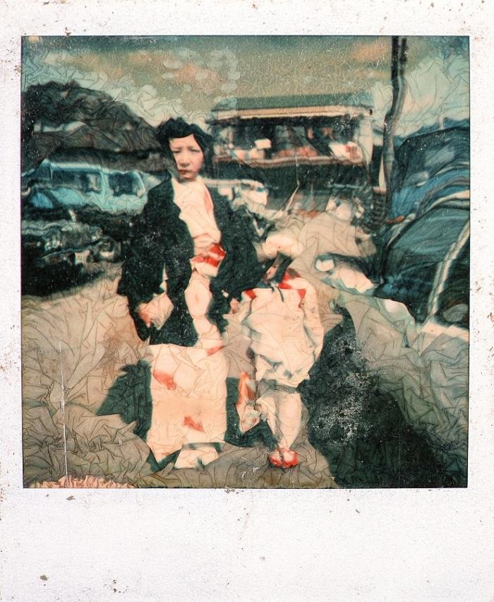 Una imagen que fuera arrasada por el tsunami y recuperada tiempo después muestra una mujer junto a una niña vistiendo trajes típicos japoneses. Ciudad de Otsuchi, Prefectura de Iwate, Japón. @Alejandro Chaskielberg