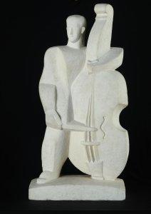 """""""El hombre del contrabajo"""", de Pablo Curatella Manes (1922–1925), yeso, colección MNBA en el CCK."""