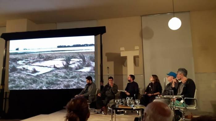 Obra de Matías Duville, y mesa de diálogo II, coordinada por Agustín Pérez Rubio (PH: Zulema Maza).