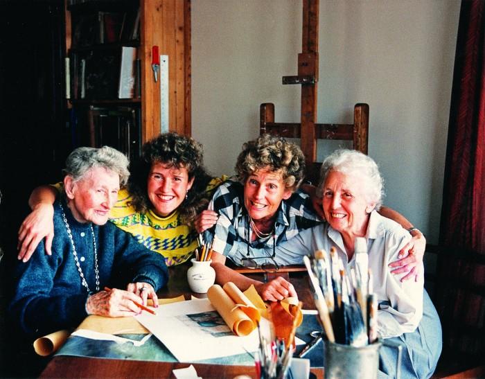 Ana Laplace (tapicista), Teresa Pereda (artista visual), Estela Pereda (artista visual), Estela Lacau (escritora y pintora), e la casa de Estela, cuando preparaban la muestra 4 generaciones.