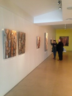 Fernando García recorre la muestra de Luis Wells en Maman con el artista